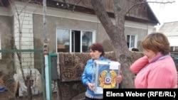 Участники избирательной комиссии собирают подписи у местных жителей Караганды, 26 апреля 2015
