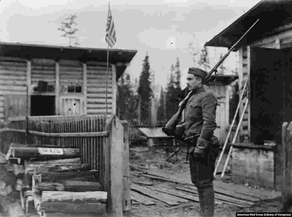 Американский часовой на посту на севере России, 1919 год