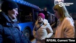 Ксения Собчак разговаривает с волонтерами, которые охраняют мемориал на месте убийства Бориса Немцова
