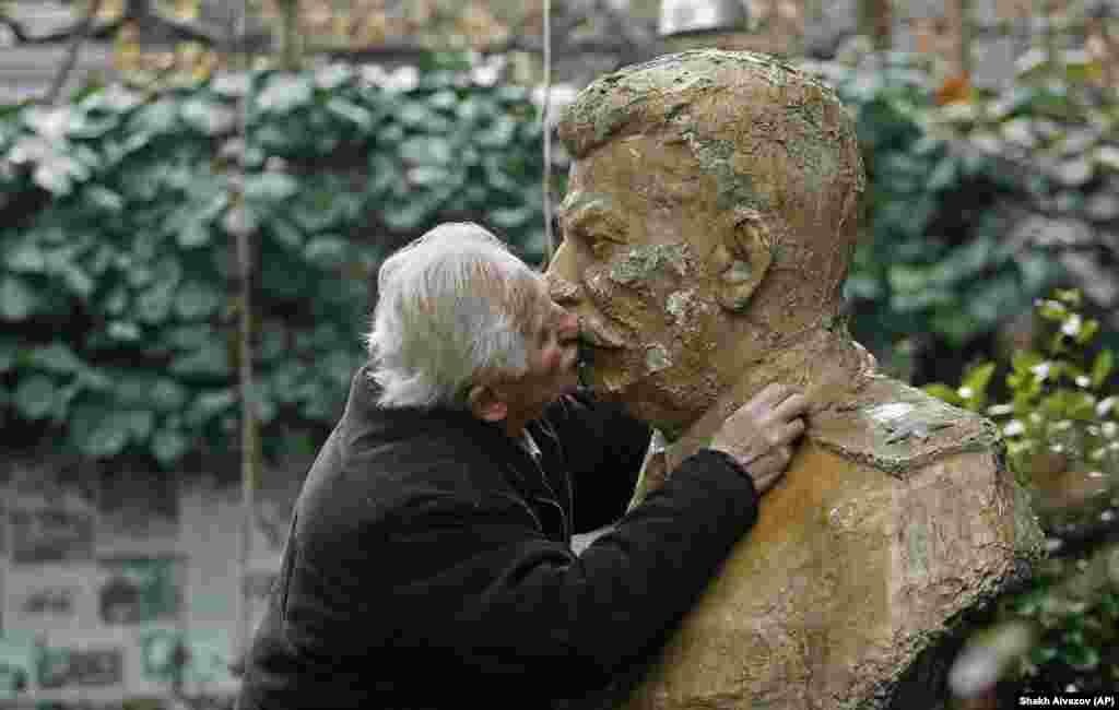 И все же традиция советских поцелуев продолжается. Один из ее хранителей – Ушанги Давиташвили. Во дворе его дома установлен бюст Сталина