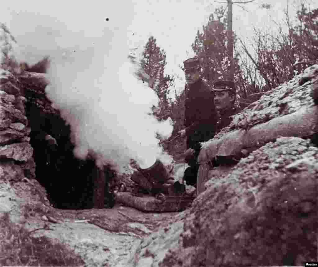 Французские солдаты стреляют из пушки. Дата и место снимка неизвестны.