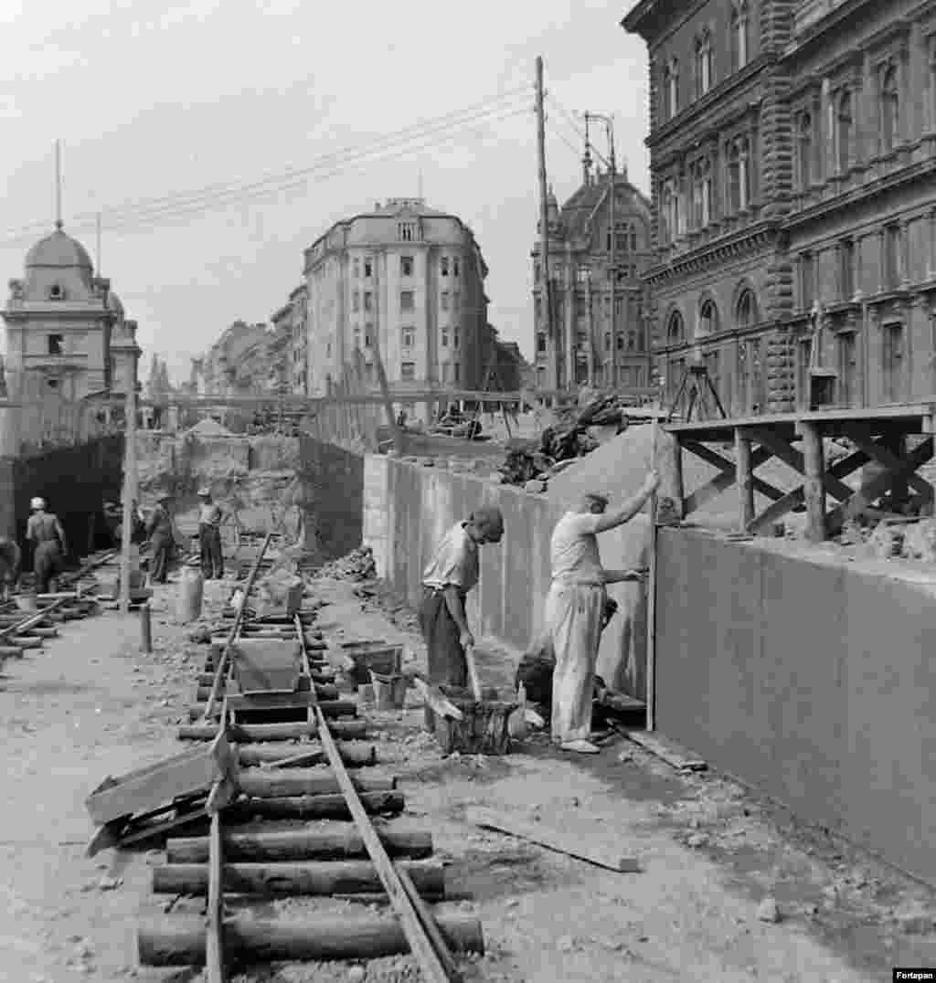 Строительство подземного перехода на площади Фёвам в центре Будапешта. 1952 год
