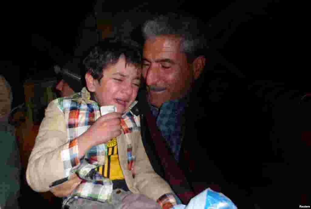 """Несмотря на то, что большинство похищенных детей боевики так называемого """"ИГ"""" тренируют в качестве солдат, мальчику повезло и он оказался в приюте. На фото – Айман в момент воссоединения с родственниками"""