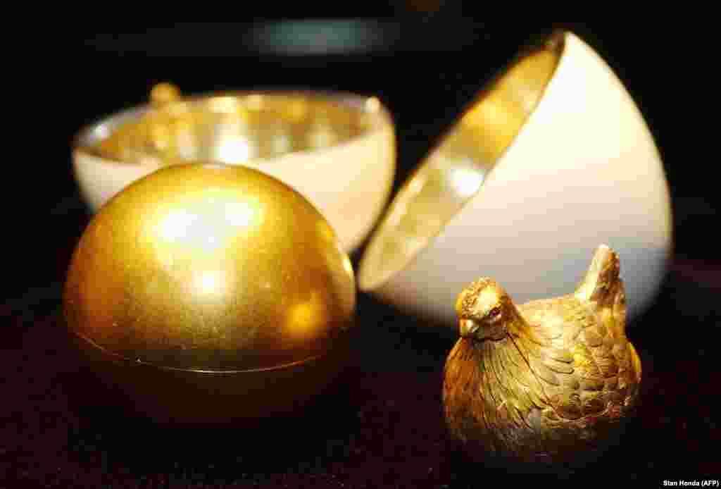 """В 1885 году царь Александр III поручил ювелиру Петеру Карлу Фаберже изготовить подарок к Пасхе для царицы. Фаберже создал это золотое яйцо, покрыв его белой эмалью. Внутри открывающегося подарка был """"желток"""" из матового золота, под которым была скрыта золотая курица с рубиновыми глазами. Царица была в восторге от подарка, а Фаберже вскоре стал ювелиром при дворе российского императора."""