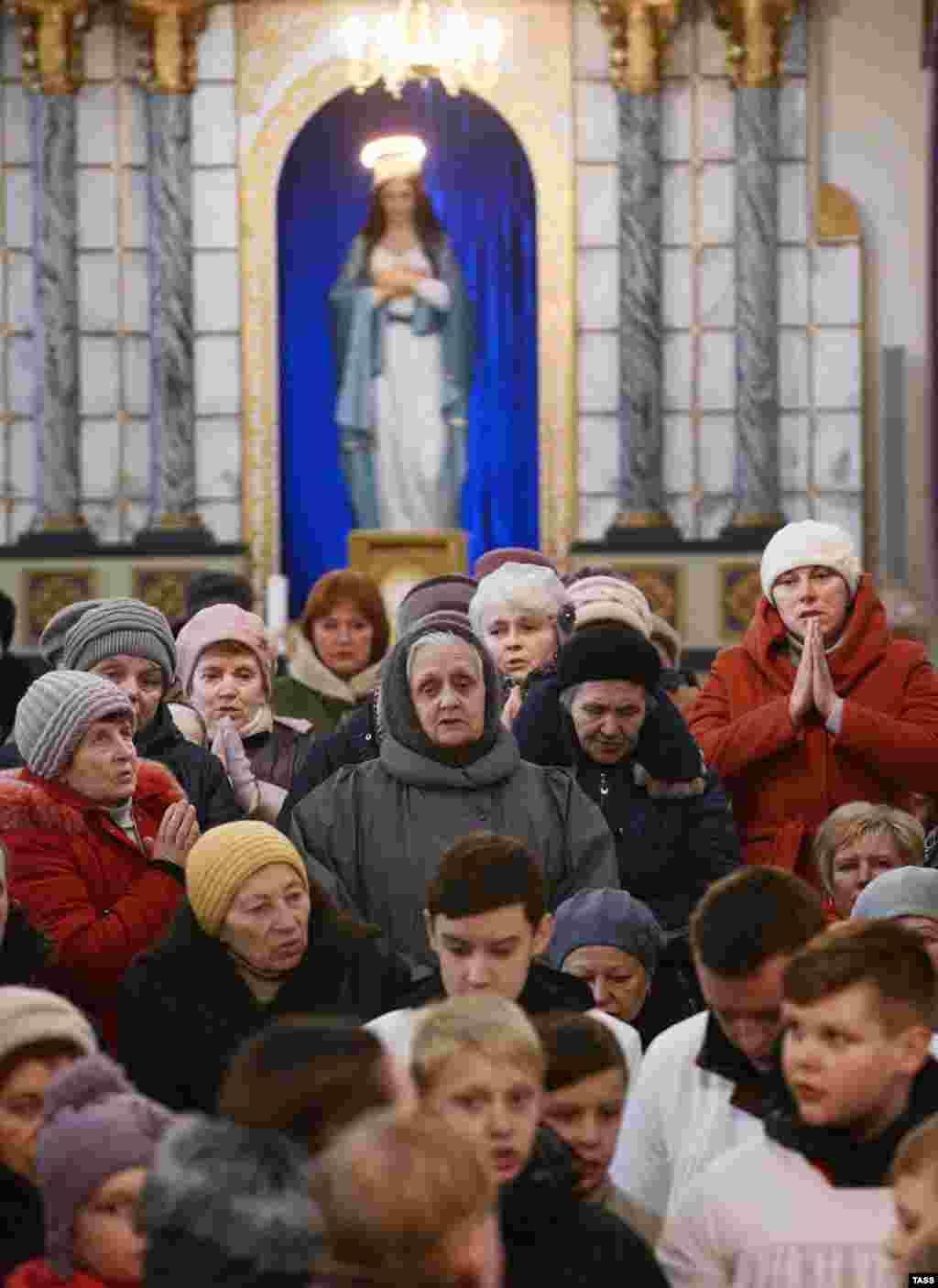 Прихожане в костеле Святого Иосифа белорусского города Воложин во время празднования католической Пасхи