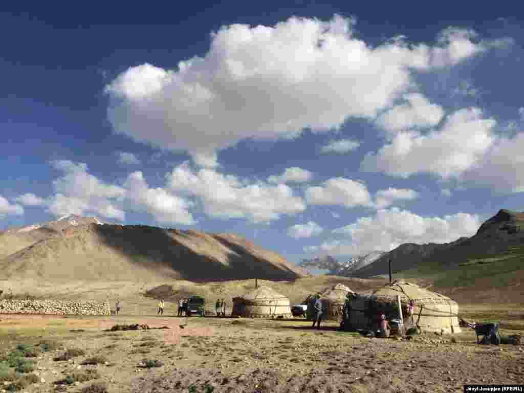 Расположенное на высоте 4250 метров жайлау Корумду расположено на таджикской части Памира. Несколько семей из 15 человек поднимаются сюда на два летних месяца, чтобы встречать туристов и пасти яков