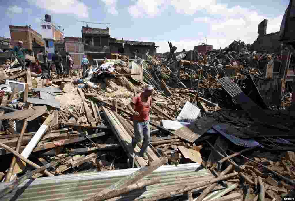 Житель Бактапура на руинах разрушенного землетрясением здания, Непал