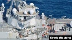Поврежденный корабль USS Fitzgerald в районе города Симода, Япония