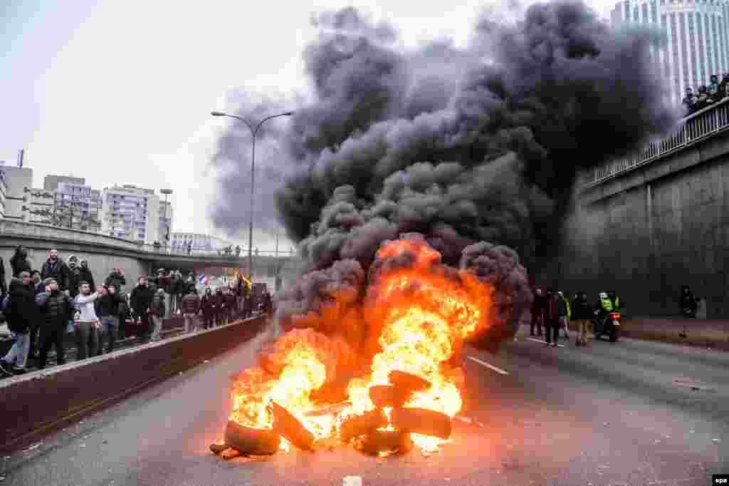 В октябре французские власти запретили нелицензированные перевозки пассажиров. С этого времени в прокуратуру поступило более 500 жалоб на водителей, сотрудничающих с приложением UberPOP