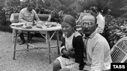 Иосиф Сталин и Лаврентий Берия с дочерью Сталина Светланой на даче, 1935 год