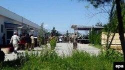 Солдаты переносят гробы с телами погибших при нападении на военную базу в провинции Балх