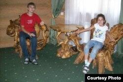 Азат Мифтахов с сестрой. Фото из семейного архива