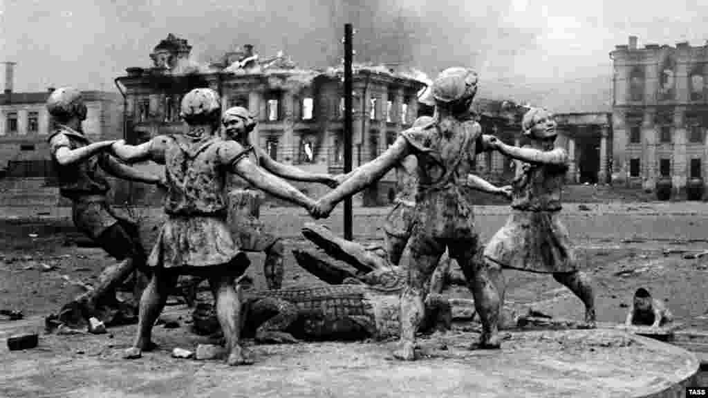 Бои продолжались еще несколько дней и окончательно завершились 2 февраля. Разрушенный бомбардировками железнодорожный вокзал Сталинграда со скульптурой танцующих детей.