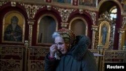 Женщина в разрушенной церкви в Донецкой области