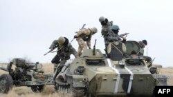 Украинские военные на позициях под Мариуполем