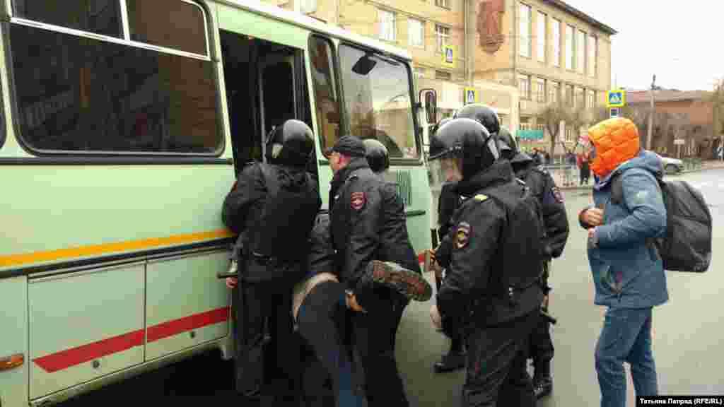 ВКрасноярскепрошли столкновения протестующих с сотрудниками полиции. Полиция применяла силу и уносила протестующих в автозаки.Задержаны 35 человек
