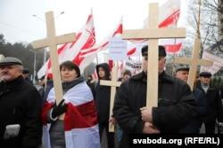 """Анна Шапутько (в центре) во время шествия в Куропаты и митинга на """"Дзяды"""", 3 ноября 2019 года. Фото: svaboda.org"""