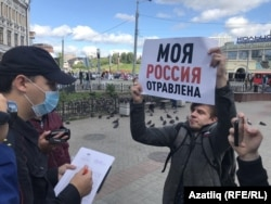 """A demonstrator in the Russian city of Kazan on August 21, 2020 holds a sign that declares """"My Russia is poisoned."""""""