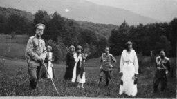 Николай II, его жена императрица Александра (справа), четыре их дочери и наследник Алексей. Николай II отрекся от престола в 1917 году во время Февральской революции. Императорскую семью расстреляли по приказу большевиков в 1918 году, их тела были облиты кислотой и сброшены в шахту