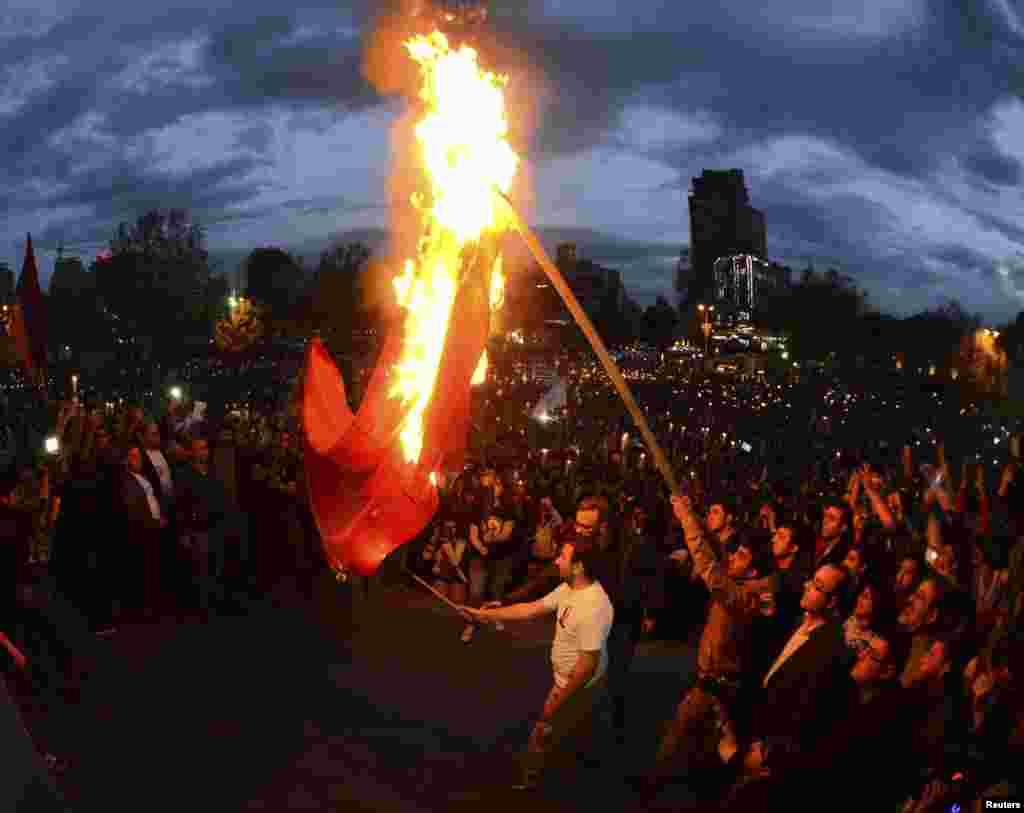 В Ереване во время марша, посвященного очередной годовщине Геноцида армян в Османской империи, демонстранты сжигают флаг Турции. 23 апреля.(Hayk Baghdasaryan, Photolure)