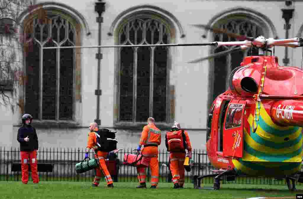 Вертолет скорой помощи перед зданием парламента