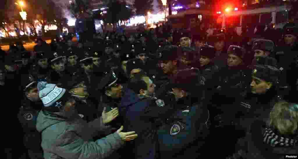 Армения - Полиция задержала одного из участников акции протеста, прошедшей с теми же требованиями в Ереване, 15 января 2015 г.