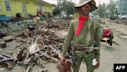 Солдат войск Заира (сейчас – Демократическая Республика Конго). На фоне – конфискованное у руандийского правительства оружие
