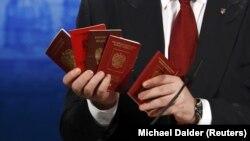 Петр Порошенко демонстрирует паспорта российских военнослужащих, воевавших на территории Украины