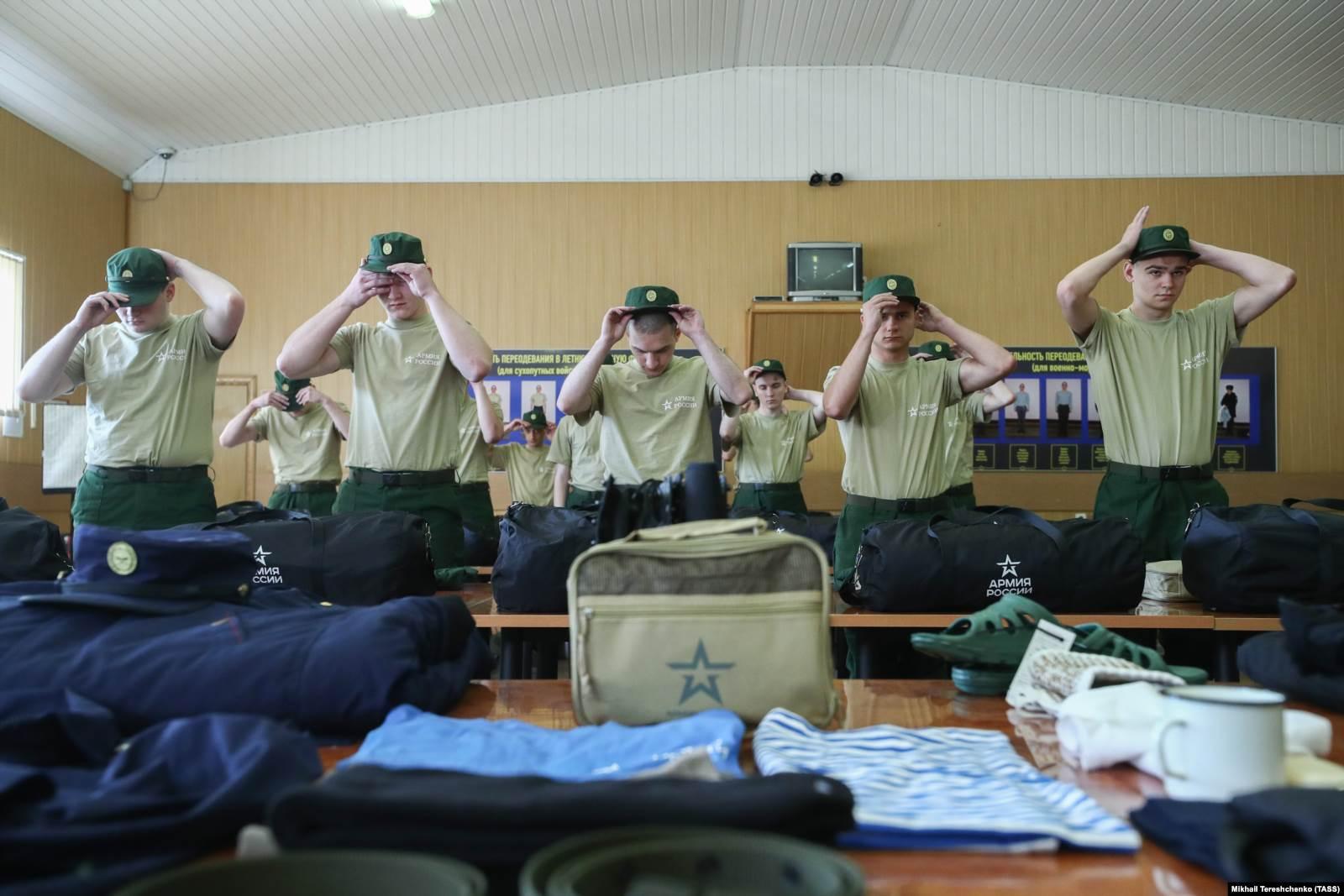 Призывники в военкомате во время инструктажа по внутренним распорядкам армии. 5 июля 2019 года. Фото: ТАСС