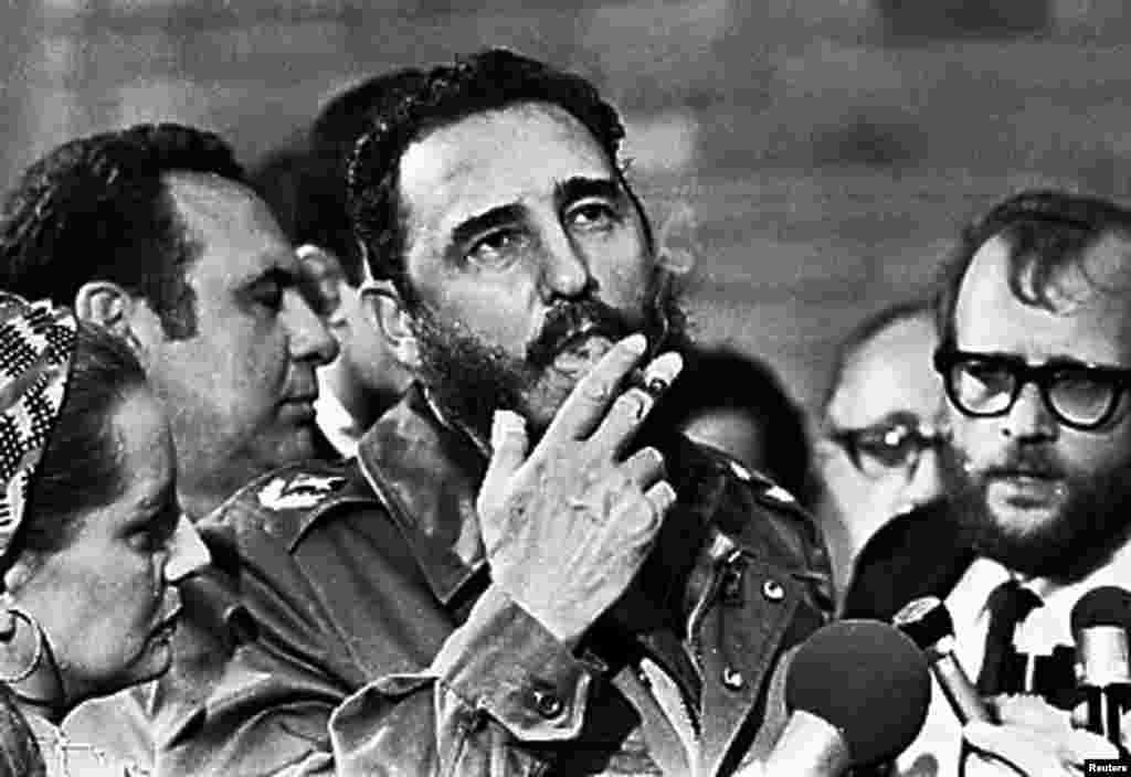 Ночью 25 ноября в Гаване в возрасте 90 летскончался Фидель Кастро – революционер, простоявший во главе Кубы почти полвека. Кастро пришел к власти в 1959 году после нескольких лет партизанской войны, которую они вели бок о бок с Эрнесто Че Геварой и своим братом Раулем. Позже они провозгласили на Кубе социализм и начали активно развивать отношения с Советским Союзом. Многие критиковали Кастро за то, что он привел страну к экономической блокаде Запада, тяжелейшему экономическому кризису и за нарушения прав человека. Новые власти Кубы запретили называть именем Фиделя Кастро объекты городской инфраструктуры или награды, чтобы избежать культа личности Фиделя