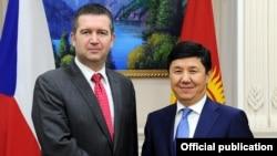 Премьер-министр Кыргызстана Темир Сариев и председатель Палаты депутатов парламента Чехии Ян Гамачек. Кыргызстан, Бишкек, 16 марта 2016