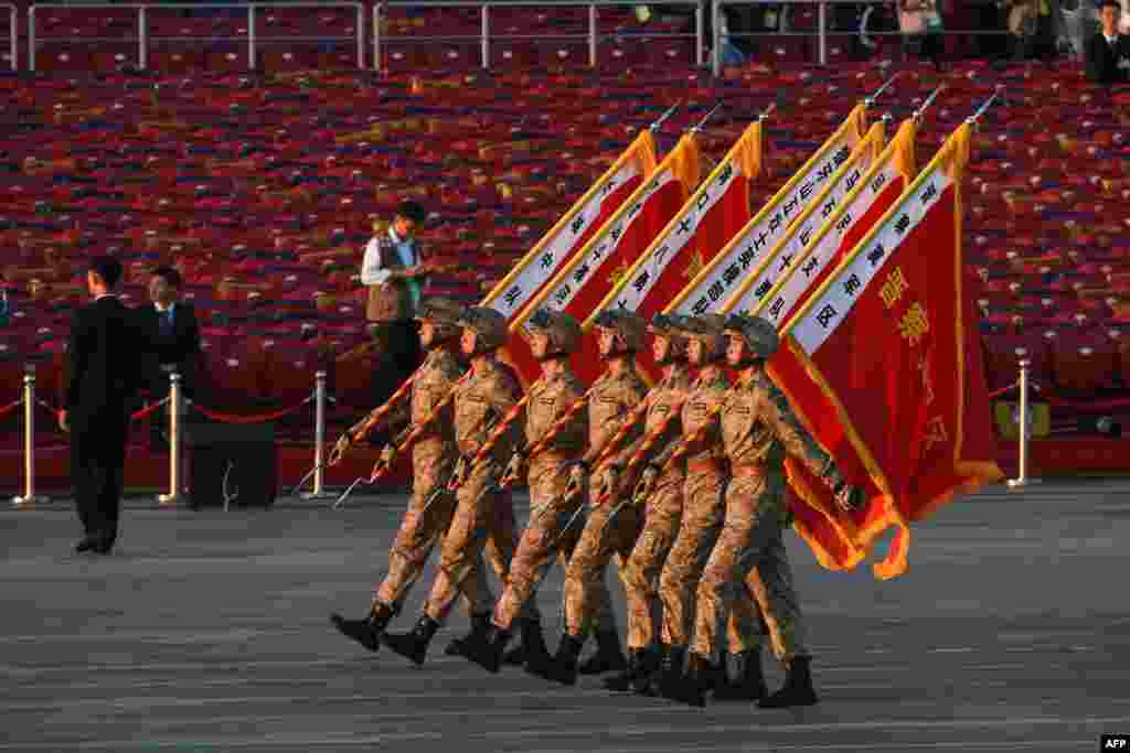На открытии парада глава КНР Си Цзиньпин объявил, что Китай сократит численность своих вооруженных сил на 300 тысяч человек