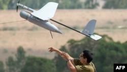 Израильский солдат запускает дрон, июль 2014 года
