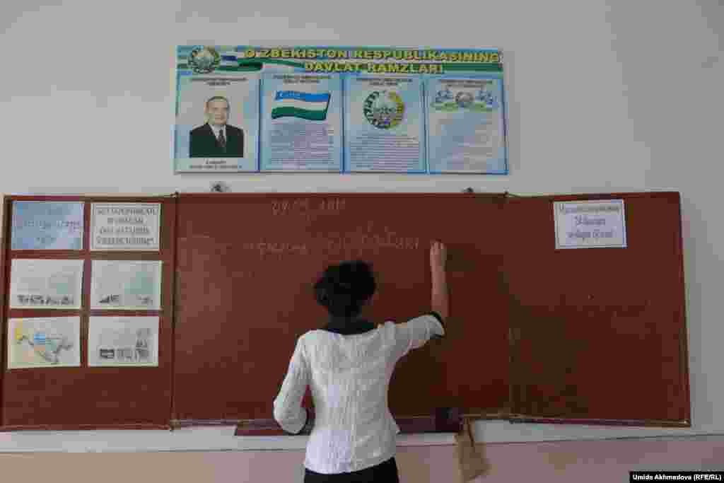 Учитель пишет задание. Школа №28 Верхне-Чирчиксого района. Ташкентская область
