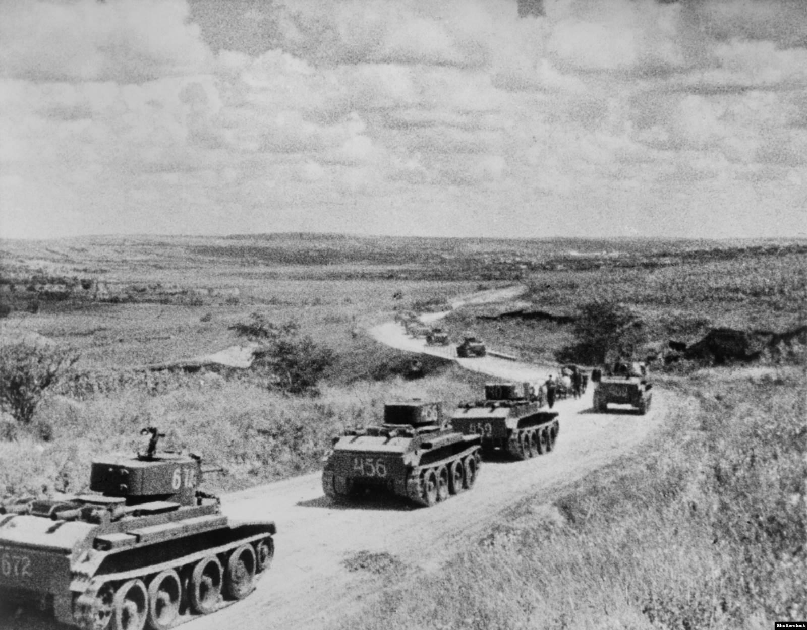 Конвой советских танков БТ во время аннексии Бессарабии, 1940 год
