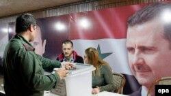 Солдат голосует на выборах в Дамаске