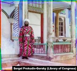 Сановник возле дворца эмира в Бухаре