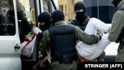 Сотрудники ОМОНа задерживают участницу протеста в Минске. 26 сентября