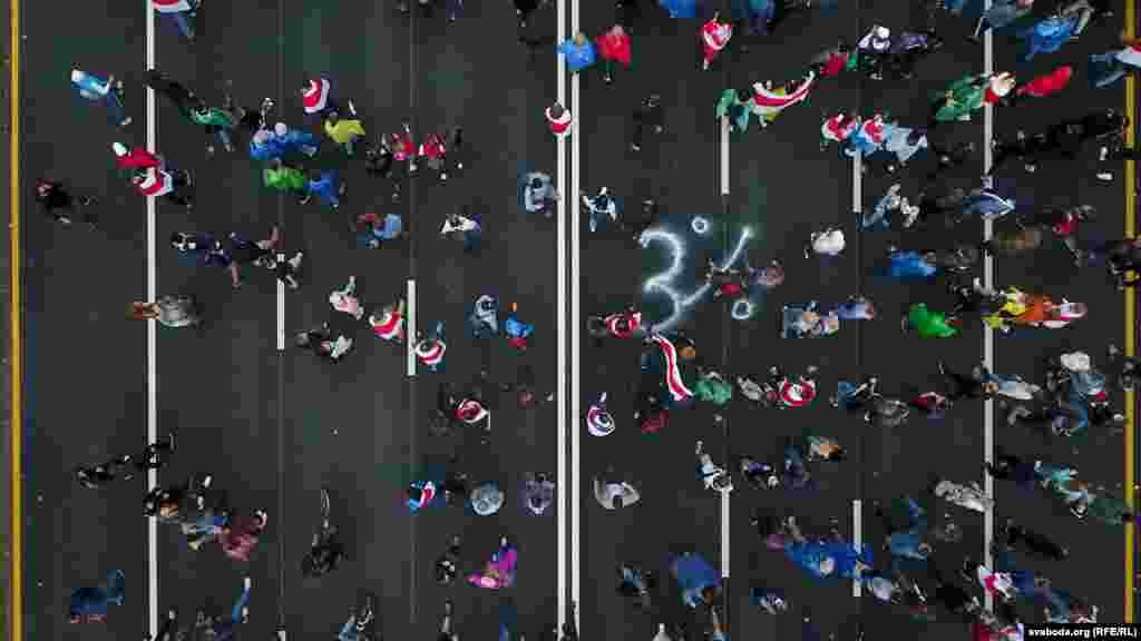 """Воскресный марш на проспекте Независимости в Минске, 27 сентября. На дороге написано """"3%""""."""
