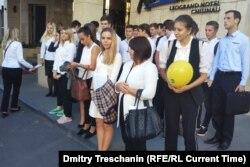 """Члены """"Молодой гвардии"""" Социалистической партии Молдовы у входа в отель Radisson Blu между сессиями Всемирного конгресса семей"""