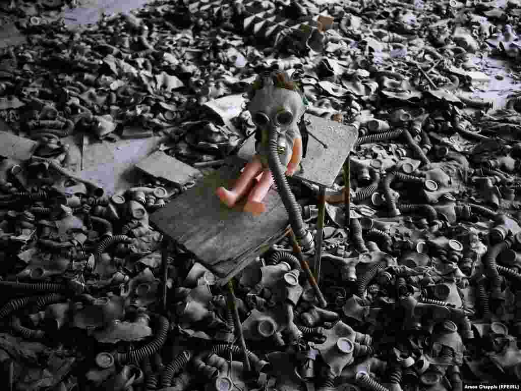 """Эти детские противогазы (меры предосторожности против нападения со стороны Соединенных Штатов) были разбросаны по полу через некоторое время после катастрофы. Чернобыльский проводник Владимир Егоров говорит, что это было сделано """"художником"""", который хотел создать страшный образ апокалипсиса"""