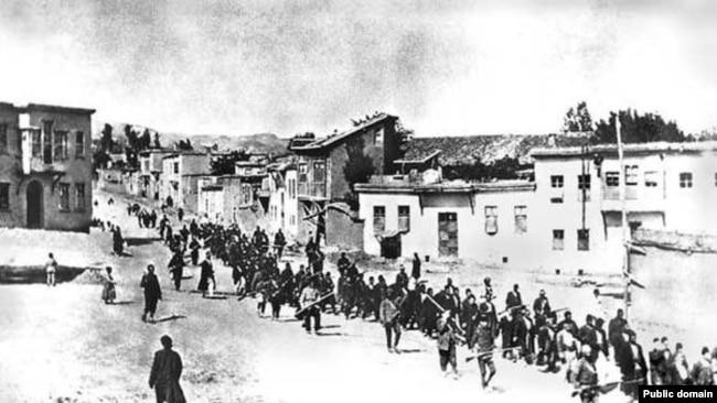 Турецкие войска ведут в тюрьму арестованных армян. Мезирех, апрель 1915 года