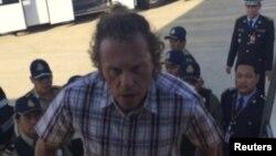 Бизнесмен Сергей Полонский во время депортации в Россию