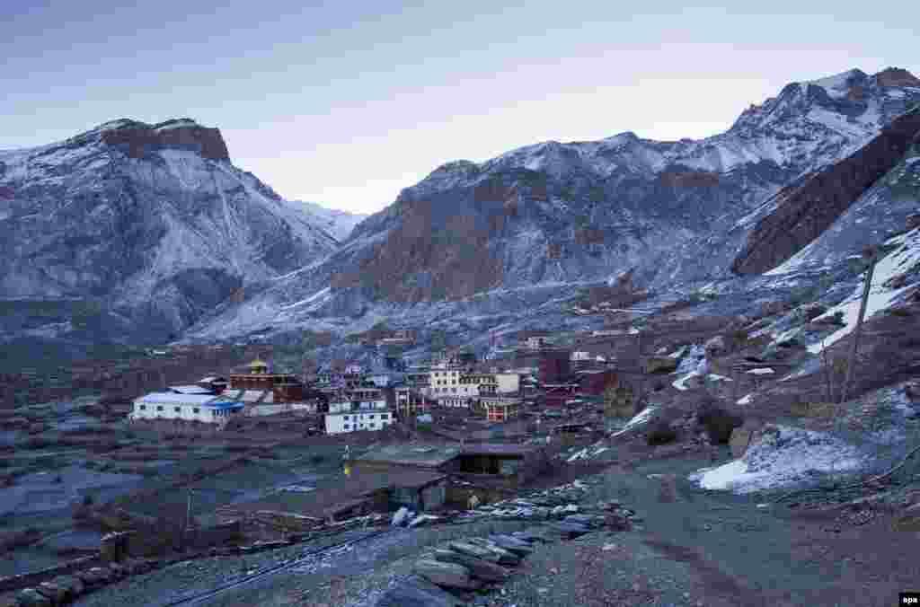 На фото - поселение рядом с храмом в долине Муктинатх