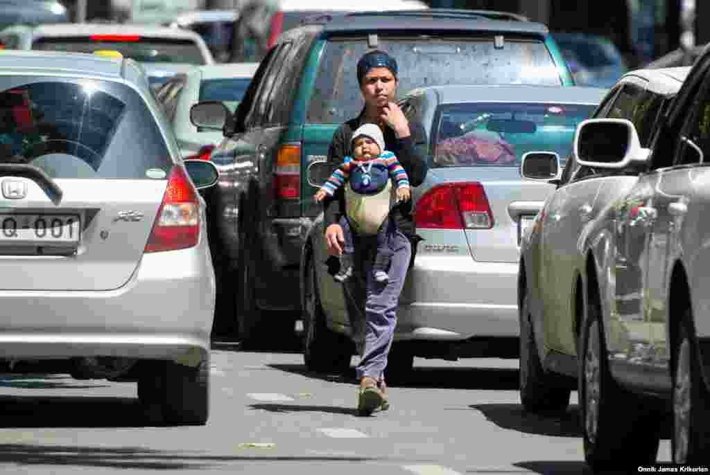 Многие видят попрошайничество как единственный способ прокормить себя. Детей и матерей с младенцами можно часто встретить в больших городах, как Тбилиси, Рустави, Кутаиси и Батуми. Там они либо сидят на улице с протянутой рукой, либо пытаются собрать пожертвования на проезжей части