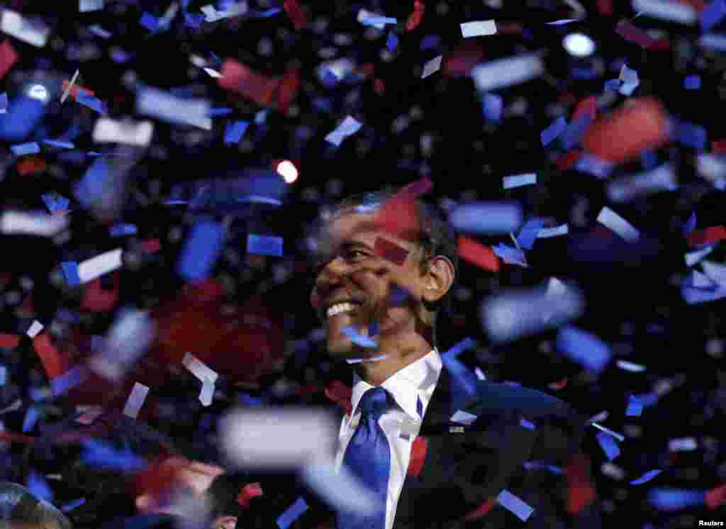 Конфетти во время победной речи Обамы в Чикаго, после того, как он был избран на второй президентский срок. 6 ноября 2012 года.
