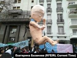 Активисты, выступающие за сохранение запрета на аборты, с гигантским эмбрионом из папье-маше