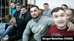 Бывшие сотрудники ИК-1, обвиняемые в избиении заключенного Евгения Макарова, на скамье подсудимых. Фото: ТАСС