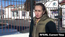 Нурсалима Советбекова возле отделения милиции