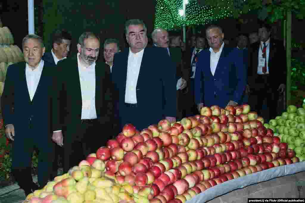 """На """"Вечере дружбы"""" присутствовали руководители девяти стран СНГ.Не было президента Украины Петра Порошенко и главы Туркменистана (он в Нью-Йорке на Генассамблее ООН)"""